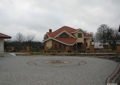Granikos - podjazd z elemantami dekoracyjnymi i klombem z kostki granitowej