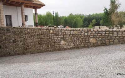 Mur i podjazd z kostki granitowej